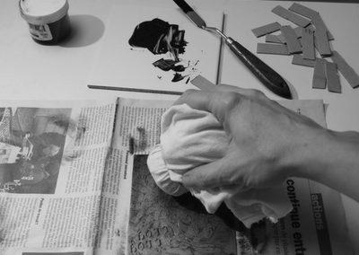 Gravure sur cuivre en cours d'essuyage. Il s'agit de l'étape suivant l'encrage. Ensuite on pourra imprimer l'estampe.