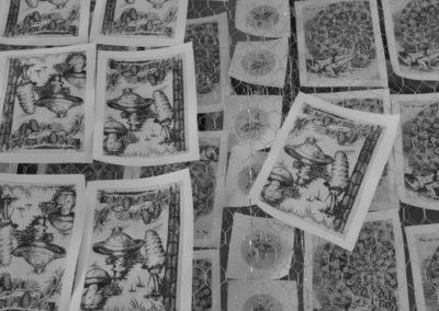 Les estampes fraichement imprimées sèchent sur un séchoir à papier.