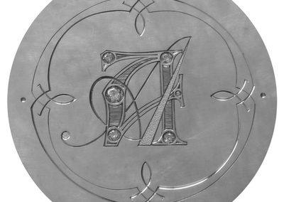 Logo Atelier Aeris gravé, serti et ciselé.