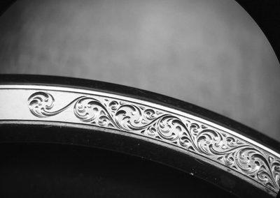 lunette de montre en bronze décorée de petites volutes. gravure main.
