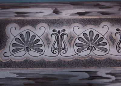 """détail d'une bordure gravée de nénuphars stylisés. Plaque de """"la demoiselle"""""""