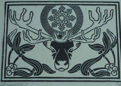 estampe carte de noël représentant un renne avec un flocon de neige au dessus de la tête et du gui au coins inférieurs.