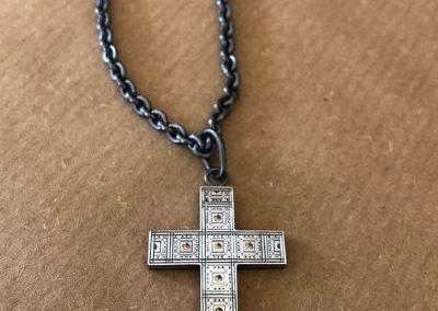 """croix en argent gravée et ajourée façon """"moucharabieh"""", les sous laissants apparaitre l'or rose en dessous."""