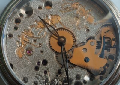 Montre à mouvement apparent, la platine est décorée de fourmis gravées et ciselée.