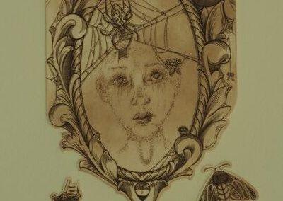 Estampe représentant un miroir ancien sur lequel des araignées ont fait leurs toiles. Les araignées sont traitées dans un style humoristique. Petits insectes se promenants dans le bas de l'image.