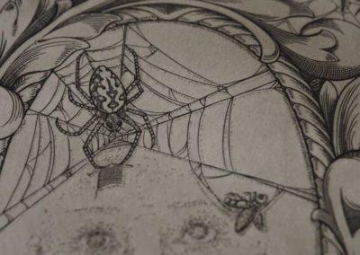 détail d'une estampe représentant une araignée qui tricote à côté d'une mouche faisant la sieste dans un hamac fait de toiles d'araignées.