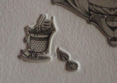 Détail d'une estampe. Blatte prenant un bain dans un dé à coudre transporté par une fourmis pendant qu'une coccinelle lui fait de l'air avec une feuille.
