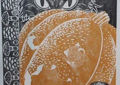 Estampe d'automne représentant un chat noir caché derrière une courge couleur ocre que grignotent des souris. Bordure gauche noir et blanche composée de pives, de châtaignes et de champignons.