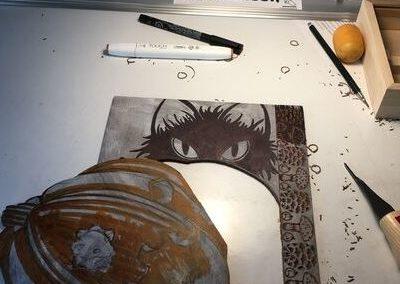 étape de la fabrication d'une estampe: découpage de la plaque de façon à pouvoir encrer en plusieurs couleurs.