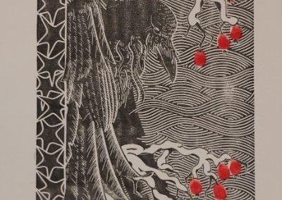 estampe d'automne représentant un corbeau noir sur fond ligné de blanc perché une branche d'églantiers dont les fruits sont rouges.